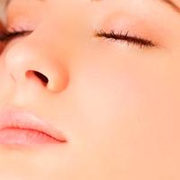 Mejora el acné y las cicatrices post-acné.
